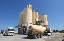 De Fabriek en de Vrachtwagens van het cement Royalty-vrije Stock Afbeeldingen