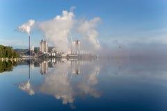 de fabriek geeft rook vrij stock fotografie