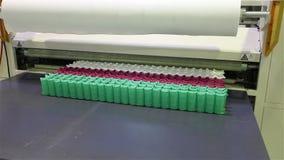 De fabriek om matrassen, machine te maken vervoerden een blok van de onafhankelijke die lentes in een schede, transportband voor  stock video