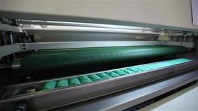 De fabriek om matrassen, machine te maken vervoerden een blok van de onafhankelijke die lentes in een schede, transportband voor  stock videobeelden