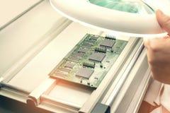 De fabriek van de microchipproductie Technologisch proces Het assembleren van de raad spaander professioneel technicus Computer stock afbeeldingen