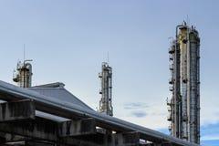 De fabriek van de olieraffinaderij bij avond stock afbeeldingen