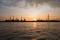 De fabriek van de olieraffinaderij over zonsopgang met silhouet in Bangkok, Th Royalty-vrije Stock Foto's