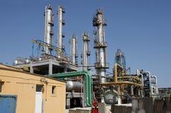 De fabriek van de raffinaderij royalty-vrije stock afbeeldingen