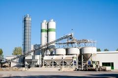 De fabriek van het cement stock afbeeldingen