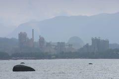 De Fabriek van het cement door de Kust Stock Foto's