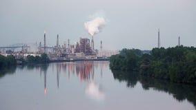 De fabriek van het chemische product en van de olie stock videobeelden