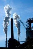De fabriek van het staal met schoorstenen en witte rook Stock Afbeeldingen