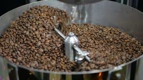 De fabriek van koffiebonen het mengen zich stock videobeelden