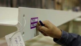 De fabrieksarbeider in bouwvakker voert het detail van het kwaliteitscontrolemetaal uit stock video