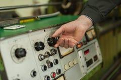 De fabrieksarbeider past het controlebord van de industriemachine aan Royalty-vrije Stock Fotografie