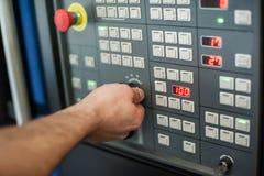 De fabrieksarbeider past het controlebord van de industriemachine aan Royalty-vrije Stock Afbeelding