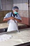 De fabrieksarbeider van de kaas Royalty-vrije Stock Foto's