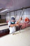De fabrieksarbeider van de kaas Royalty-vrije Stock Fotografie