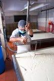 De fabrieksarbeider van de kaas Royalty-vrije Stock Foto