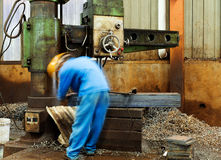 De fabrieksarbeiders gebruiken het boren royalty-vrije stock afbeeldingen