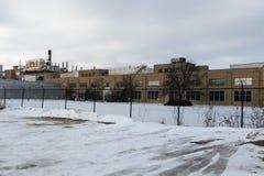 De fabrieksbouw in kleine Van het Midwesten stad Stock Afbeeldingen