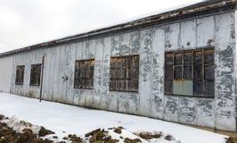 De fabrieksbouw in kleine Van het Midwesten stad Stock Fotografie