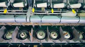 De fabrieksmachines spoelen witte draden automatisch op clews stock video