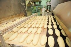 De fabrieksproductie van het brood Stock Foto's