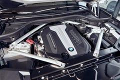 08 de Fabruary, 2018 - Vinnitsa, Ucrânia Apresentação nova do carro de BMW X5 na sala de exposições - sob a capa fotos de stock royalty free