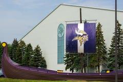 De Faciliteit en de Vlag van de Minnesota Vikingspraktijk Royalty-vrije Stock Afbeeldingen