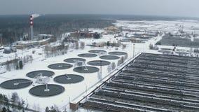 De faciliteiteninstallatie van de waterbehandeling in de winter Rioleringslandbouwbedrijf Lucht Mening stock videobeelden