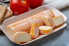 De Fagotinkaas met sinaasappel kleurde schil van koemelk wordt gemaakt in holen van Maredsous-abdij, België dat stock afbeelding