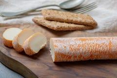 De Fagotinkaas met sinaasappel kleurde schil van koemelk wordt gemaakt in holen van Maredsous-abdij, België dat royalty-vrije stock foto