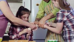 De familie bereidt heerlijke maaltijd voor en rekt dik deeg uit stock footage