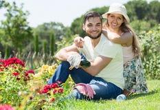 De familie besteedt hun de zomervakantie in het land Royalty-vrije Stock Afbeelding