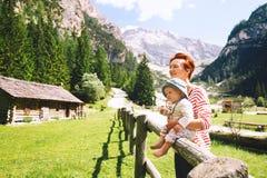 De familie besteedt de zomervakantie in Dolomiet, Zuid-Tirol, Italië, de EU royalty-vrije stock foto's