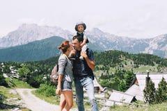 De familie brengt tijd aan aard in de bergen door stock foto