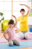 De familie brengt tijd in de gymnastiek door Royalty-vrije Stock Foto's