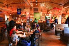De familie die Alaska brouwt Bar en Restaurant Talkeetna dineren Stock Foto's