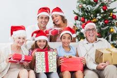 De familie die Kerstmis ruilt stelt voor Royalty-vrije Stock Afbeeldingen
