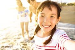 de familie die op het strand lopen geniet de zomer van vakantie royalty-vrije stock afbeeldingen