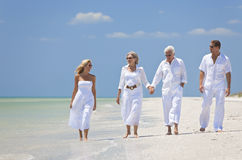 De Familie die van de Generaties van paren Tropisch Strand loopt Stock Afbeelding