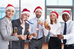 De familie die van de sneeuwman de Kerstmisboom krijgt Stock Fotografie