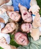 De familie die van meerdere generaties in cirkel ligt Stock Afbeelding