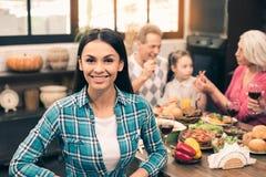 De familie die van Nice smakelijk diner hebben Royalty-vrije Stock Foto's