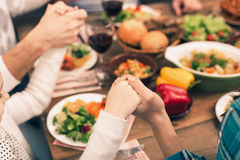 De familie die van Nice smakelijk diner hebben stock foto's