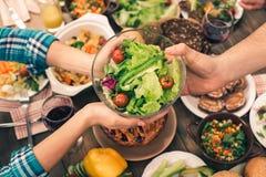De familie die van Nice smakelijk diner hebben Stock Afbeelding
