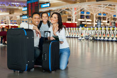 De familie doet luchthaven in zakken Royalty-vrije Stock Foto
