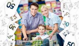 De familie drijft het winkelen karretje met voedsel Royalty-vrije Stock Foto