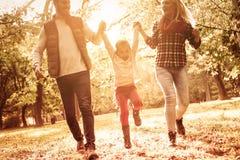 De familie is een kleine die wereld door liefde wordt gecreeerd stock fotografie