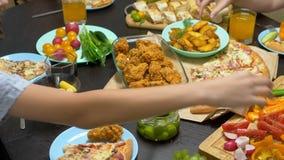 De familie eet in een comfortabel huismilieu Eigengemaakt voedsel, eigengemaakte pizza Gelukkige familie die lunch hebben die sam stock videobeelden