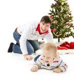 De familie en de spar van Kerstmis royalty-vrije stock foto's