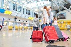 De familie en de kinderen in de luchthaven wachten op vertrek stock foto