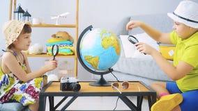 De familie gaat reizen stock video
